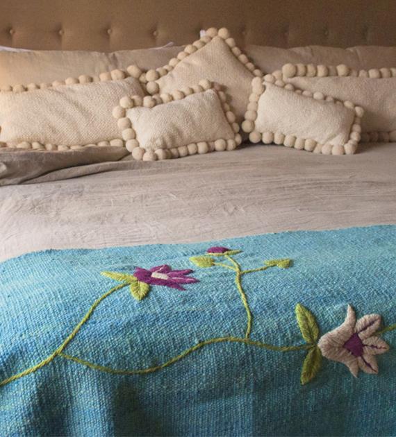 pie-de-cama-rustico-bordado-turquesa-2