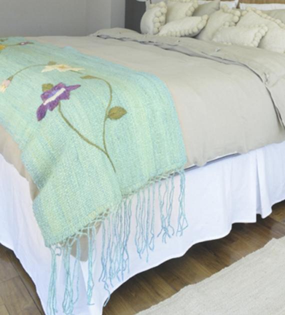 pie-de-cama-rustico-bordado-turquesa-1