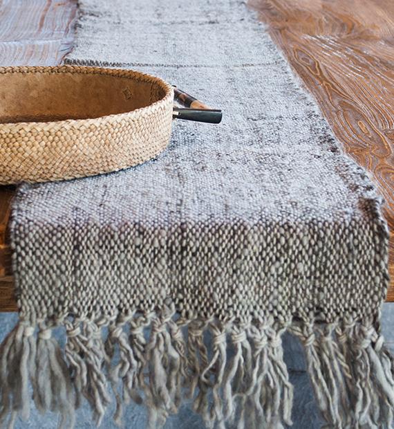 camino-de-mesa-calchaqui-gris