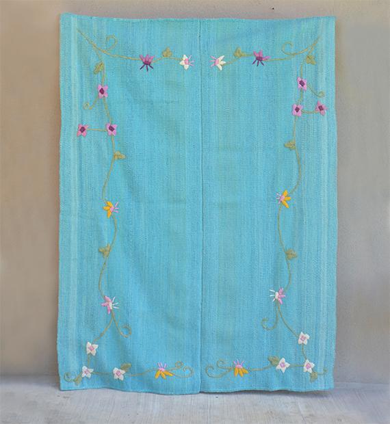alfombra-bordada-narciso-turquesa