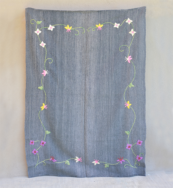 alfombra-bordada-narciso-gris