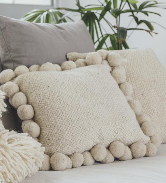 almohadon-cuadrado-con-pompones-grande