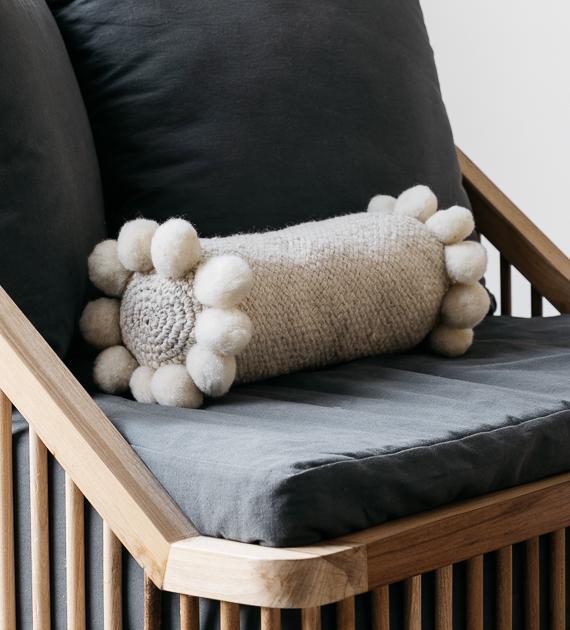 almohadon-cilindro-con-pompones-
