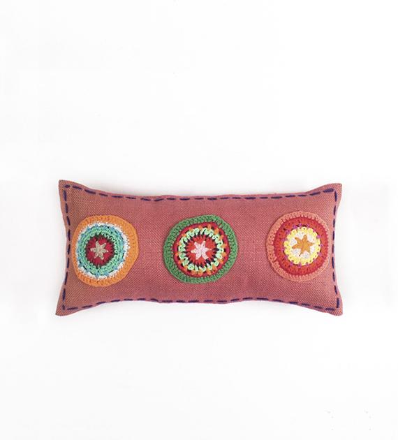 almohadon-de-yute-y-crochet-rectangular-chico-rosa-antiguo