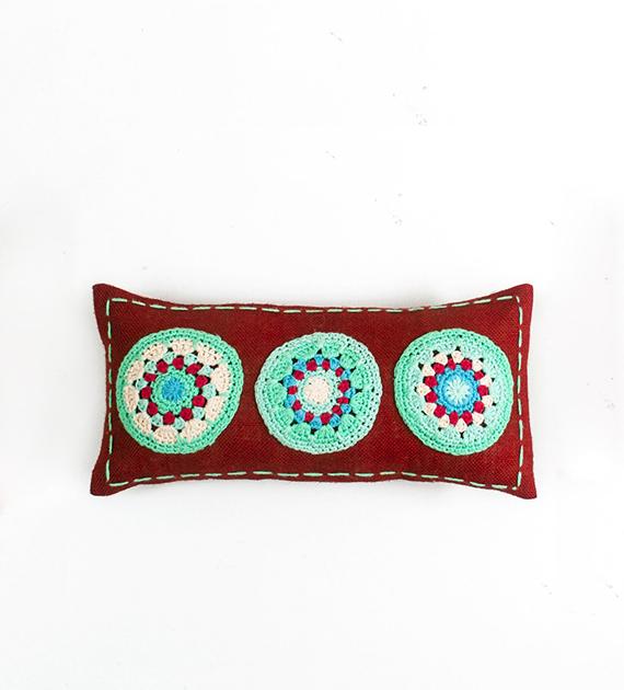 almohadon-de-yute-y-crochet-rectangular-chico-rojo