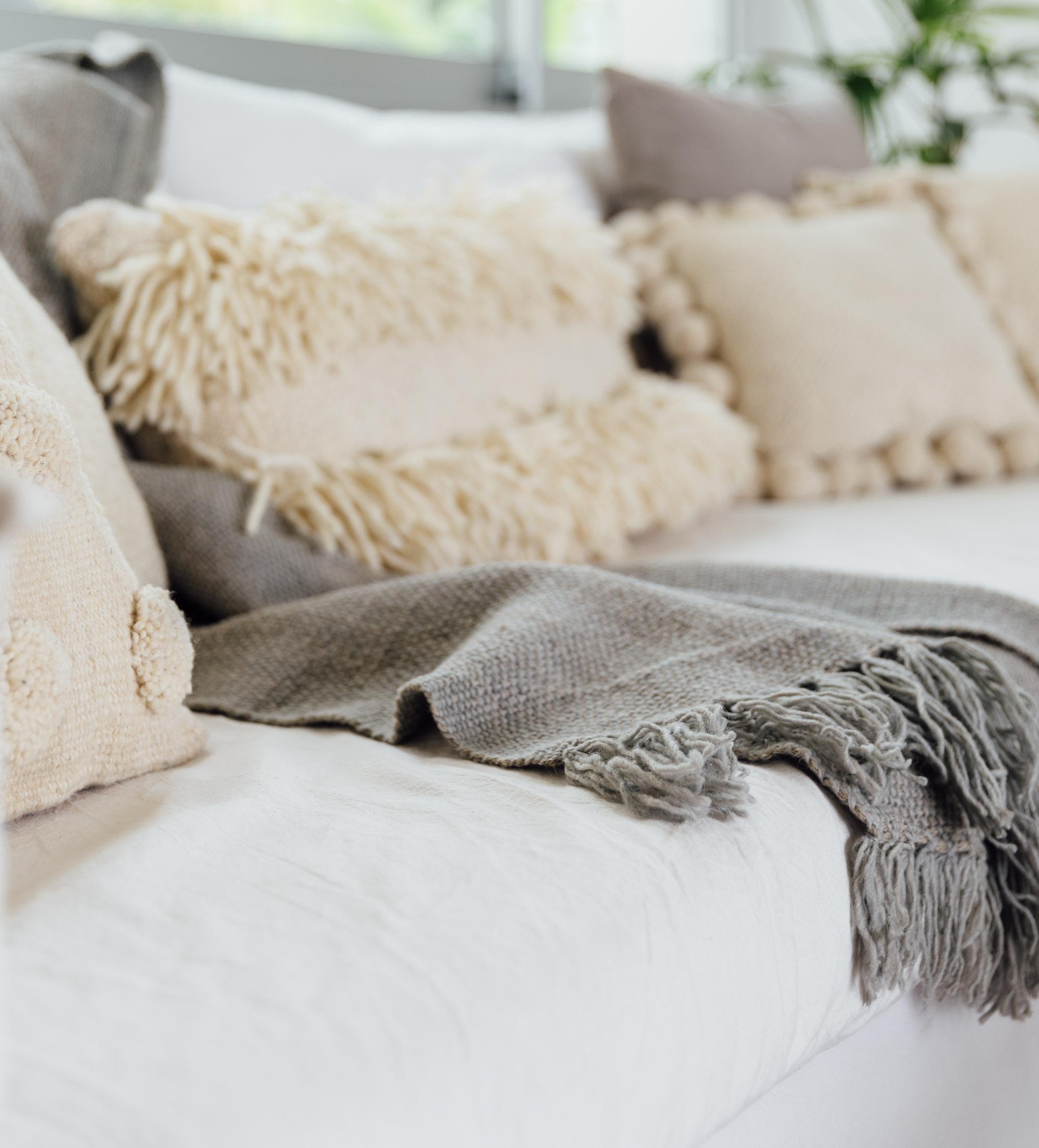 pie-de-cama-monocromatico-gris-medio
