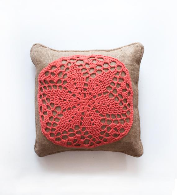 almohadon-yute-y-crochet-coral-40-x-40