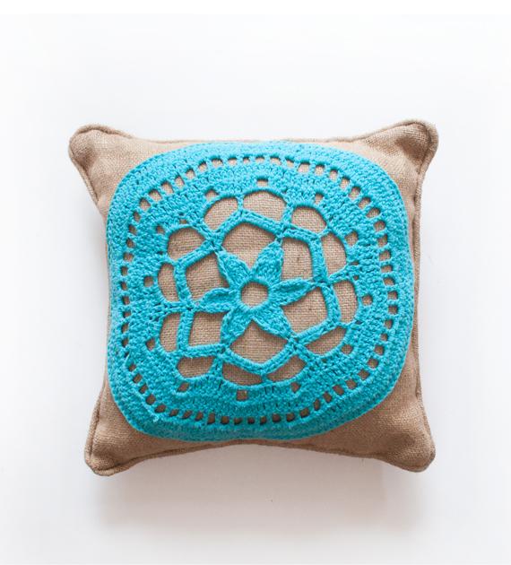 almohadon-yute-y-crochet-turquesa-1-40-x-40