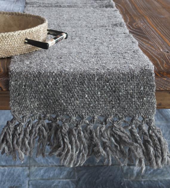 camino-de-mesa-calchaqui-gris-oscuro