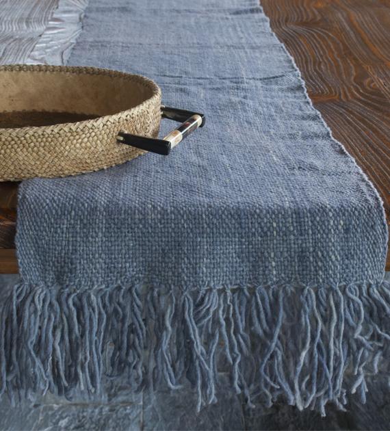 camino-de-mesa-calchaqui-gris-azulado