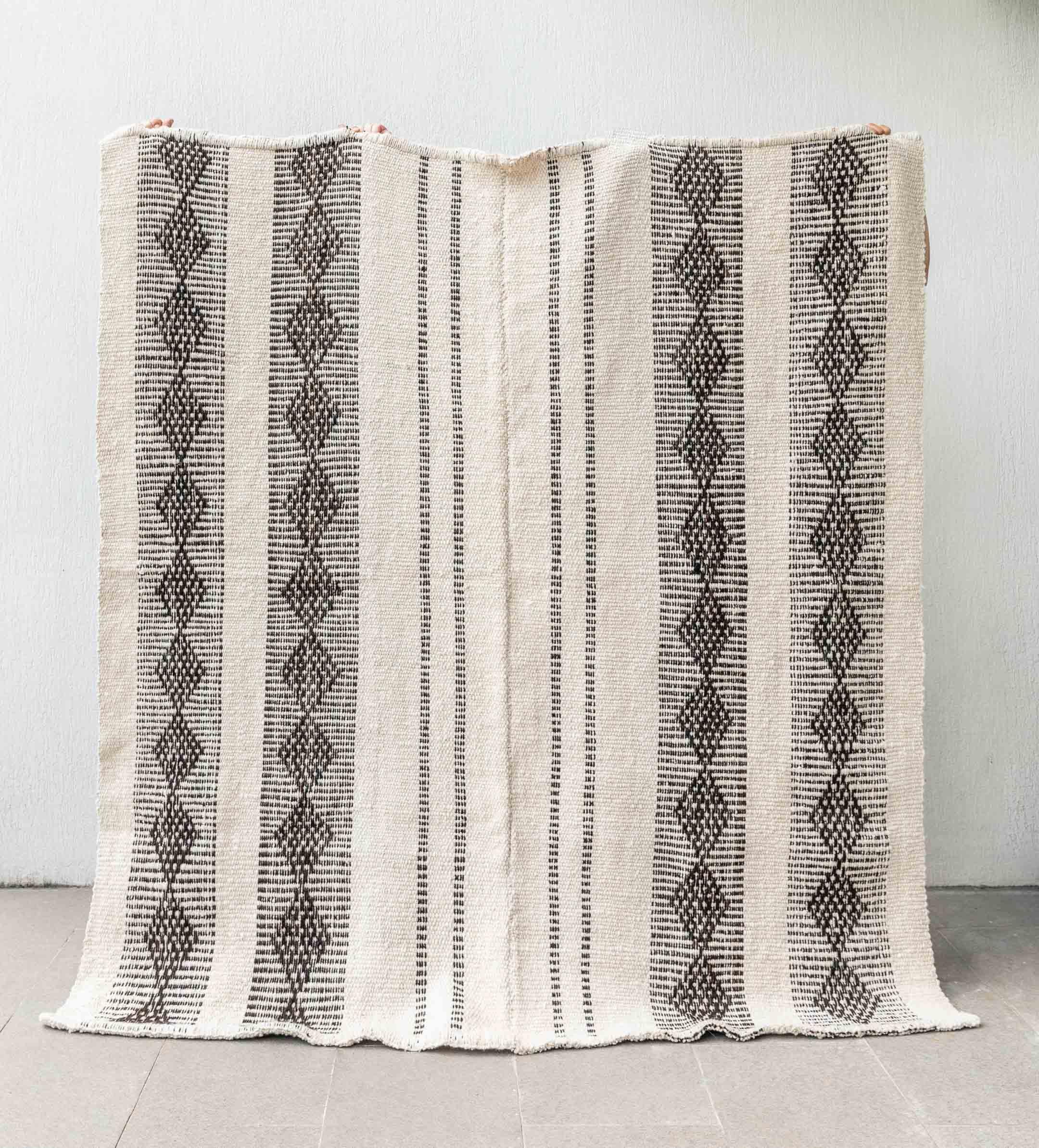 alfombra-atamisqui-negra