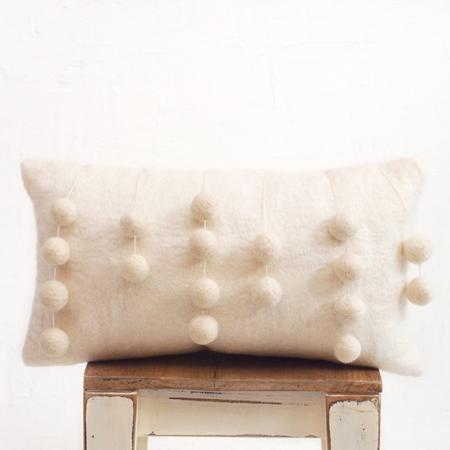 almohadon-de-fieltro-natural-con-pompones-naturales