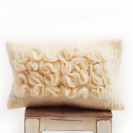 almohadon-de-fieltro-con-volados-natural