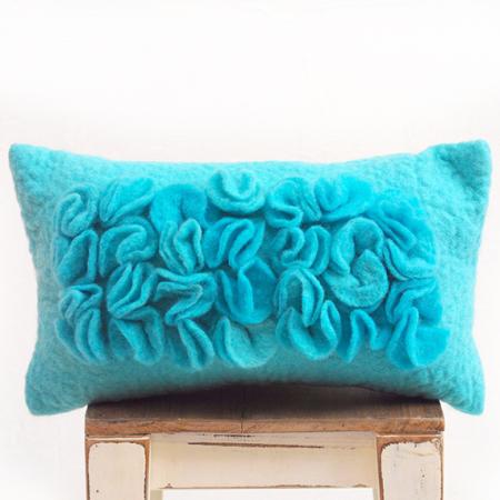 almohadon-de-fieltro-con-volados-turquesa